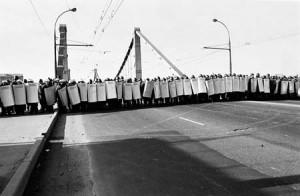 Милиция преграждает путь демонстрантам у Крымского моста