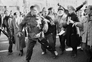 Толпа демонстрантов захватывает отставших от своих омоновцев